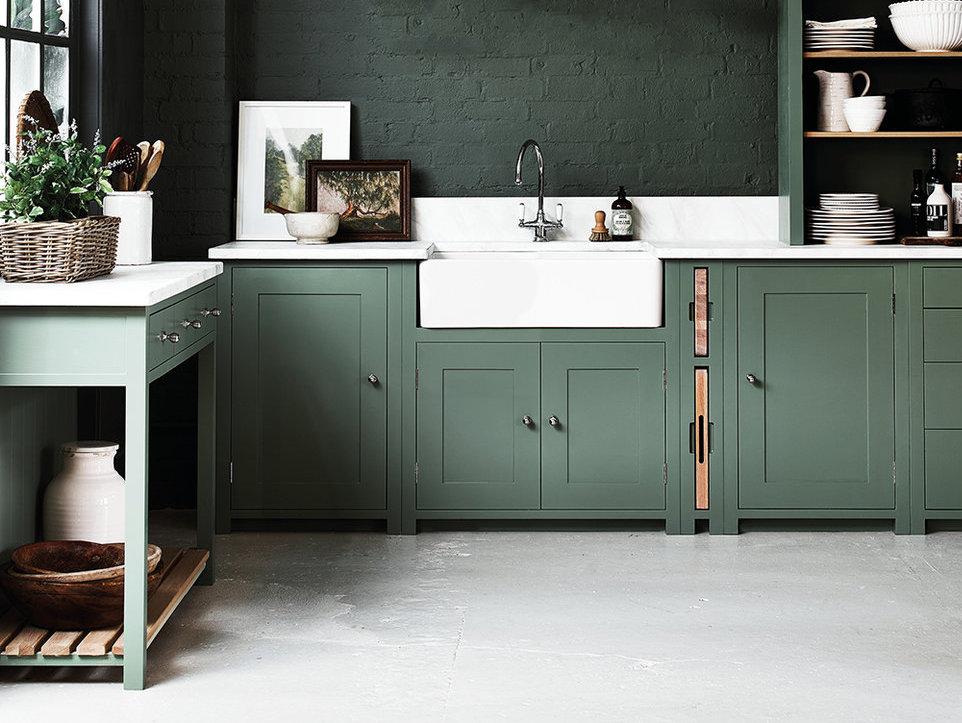 Interior Kapur Putih Dapur Hijau Muda Di Pedalaman Aksen Kecil